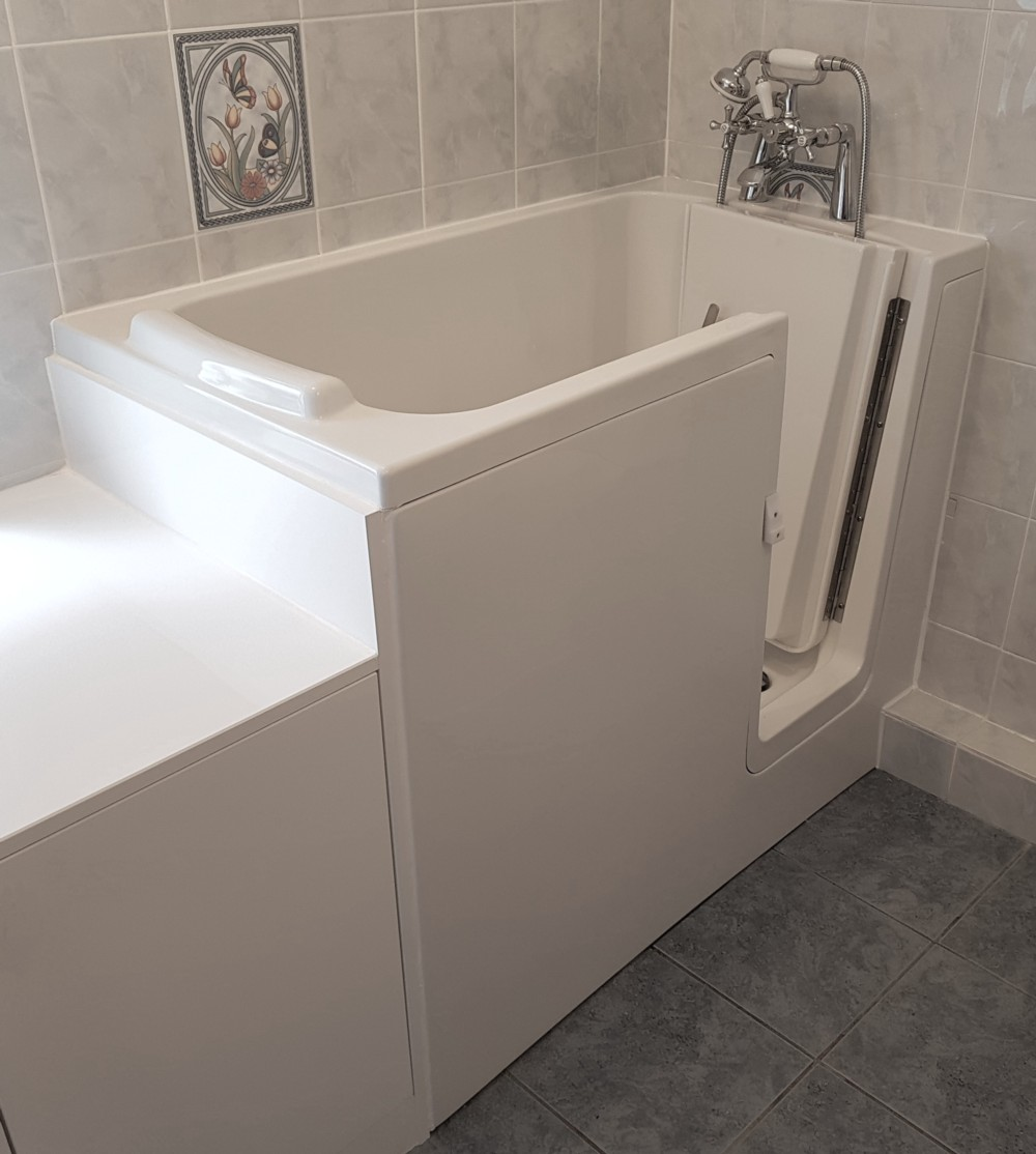 Sapphire 1 Walk In Bath With White Easy Access Door